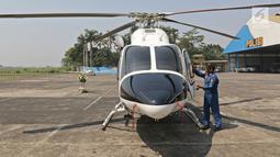 Polisi memeriksa helikopter Bell 429/P-3203 di Hanggar 3 Ditpoludara Korpolairud Polri, Pondok Cabe, Tangerang Selatan, Banten, Rabu (11/9/2019). Penambahan helikopter tersebut untuk mendukung tugas-tugas operasional Polri. (Liputan6.com/Herman Zakharia)