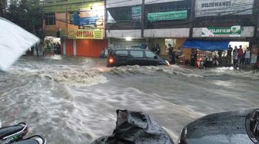 Bandung Diterjang Banjir Bandang Lagi, 2 Mobil Terseret Arus