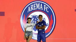Pemain Arema FC, Aji Saka, memamerkan jersey tim Arema FC saat launching Shopee Liga 1 di Hotel Fairmont, Jakarta, Senin (24/2). Sebanyak 18 klub pamerkan jersey untuk kompetisi Shopee Liga 1 2020. (Bola.com/Yoppy Renato)