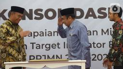 Menteri Agama Fachrul Razi (tengah) memberi hormat kepada Menko PMK Muhadjir Effendy (kiri) saat rapat koordinasi di Gedung Kemenko PMK, Jakarta, Kamis (31/10/2019). Muhadjir Effendy memberi arahan kepada jajaran kementerian dan lembaga yang berada di bawah koordiasinya. (merdeka.com/Imam Buhori)