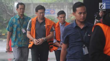 Presdir PT Grand Kartech, Kenneth Sutardja dan Kurniawan Eddy Tjokro akan menjalani pemeriksaan lanjutan di Gedung KPK, Jakarta, Rabu (24/4). Penyidik mengahadirkan empat tersangka terkait kasus dugaan suap proyek pengadaan barang dan jasa di PT Krakatau Steel Tbk. (merdeka.com/Dwi Narwoko)