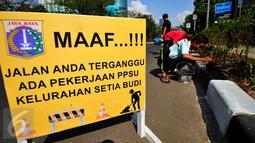 Papan pengumuman gangguan perjalanan terpasang di kawasan HR Rasuna Said, Jakarta, Kamis (30/7/2015). Menyambut Hari Kemerdekaan, Pemprov DKI Jakarta akan mempercantik wajah Ibukota. (Liputan6.com/Yoppy Renato)