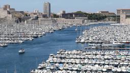 Suasana Vieux Port yang merupakan pelabuhan tua dan bersejarah di kota Marseille dimana jaman dahulu sebagai pelabuhan pintu masuk ke Prancis. (Bola.com/Vitalis Yogi Trisna)