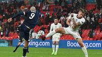 Lyndon Dykes (kiri) melepas tembakan ke arah gawang Inggris pada lanjutan duel Euro 2020 di Wembley, London (AFP)