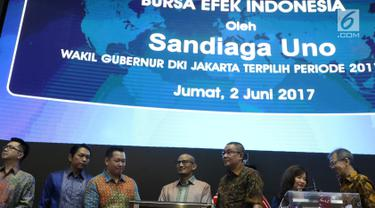 Wakil Gubernur DKI Jakarta Terpilih, Sandiaga Uno (tengah) membuka perdagangan saham di Bursa Efek Indonesia (BEI), Jumat (2/6). Sandi juga meluncurkan program OK OCE Stock Center yang telah diresmikan pada April 2017 lalu. (Liputan6.com/Angga Yuniar)