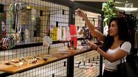 Pengunjung mencari aksesoris di pameran yang digagas oleh LSPR Communication Festival, Carousell Barteran Yuk, berkolaborasi dukungan Pemberdayaan Pengusaha Kreatif Indonesia, Jakarta, Jumat (27/7). (Lipuatn6.com/Johan Tallo)