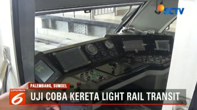 Menteri Perhubungan Budi Karya Sumadi lakukan uji coba kereta LRT di Palembang, Sumatra Selatan.