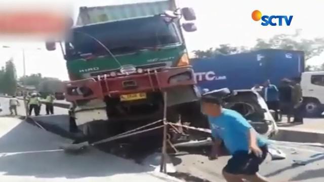 Dibutuhkan sekitar 2 jam untuk memotong bagian interior mobil. Akibat kecelakaan ini, kemacetan panjang sempat terjadi di jalur Pantura.