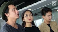 3 bintang film Posesif, Adipati Dolken, Putri Marino dan Chicco Kurniawan berkunjung ke redaksi Liputan6.com. (Helmi Afandi/Liputan6.com)