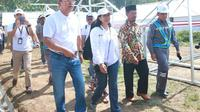 Menteri Rini meninjau pembangunan Rumah Rawan Gempa (RRG) sebagai tempat tinggal sementara bagi para pengungsi gempa Lombok. (Foto: Humas Kementerian BUMN)
