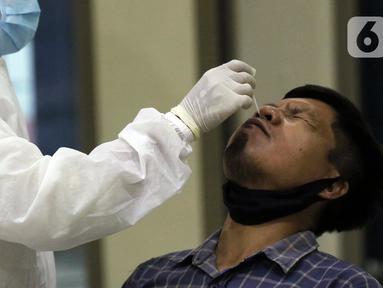 Petugas medis melaksanakan proses rapid test antigen pada salah satu pewarta di ruang wartawan Gedung KPK, Jakarta, Senin (16/11/2020). Rapid Test Antigen dilakukan untuk mendeteksi keberadaan virus SARS-CoV-2 penyebab Covid-19. (Liputan6.com/Helmi Fithriansyah)