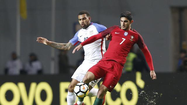 Penyerang sayap portugal goncalo guedes diadang pemain amerika serikat danny williams dalam laga uji coba yang berakhir imbang 1 1 di estadio dr
