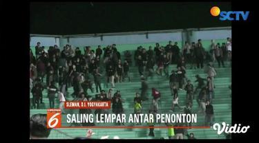 Penonton pertandingan Liga 1 2019 antara PSS Sleman dan Arema Malang ricuh. Akkibatnya banyak penonton terluka terkena lemparan benda keras.