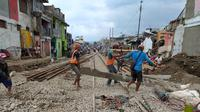 Beberapa petugas nampak sibuk melakukan pengerajaan pemindahan bantalan rel, di sekitar Stasiun Garut Kota, Garut, Jawa Barat, dalam tahap akhir progres reaktivasi kereta api Garut. (Liputan6.com/Jayadi Supriadin)