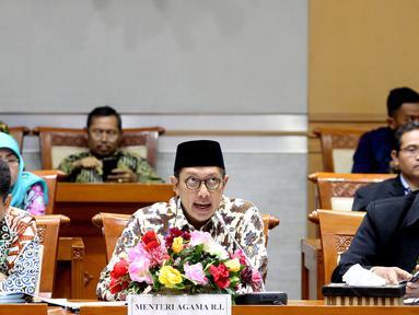 Menteri Agama Lukman Hakim Saifuddin (tengah) saat raker dengan Komisi VIII DPR di Gedung DPR, Jakarta, Kamis (16/5/2019). Rapat membahas kebijakan Rancangan Peraturan Pemerintah tentang Jaminan Produk Halal dan revisi Biaya Penyelenggaraan Ibadah Haji (BPIH) 1440 H/2019 M. (Liputan6.com/JohanTallo)