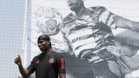 Gelandang Manchester United asal Prancis, Paul Pogba menyapa para penggemarnya saat jumpa pers di Seoul, Korea Selatan, Kamis (13/6/2019). Paul Pogba berada di Seoul sebagai bagian dari tur Asia-nya. (AP Photo/Lee Jin-man)