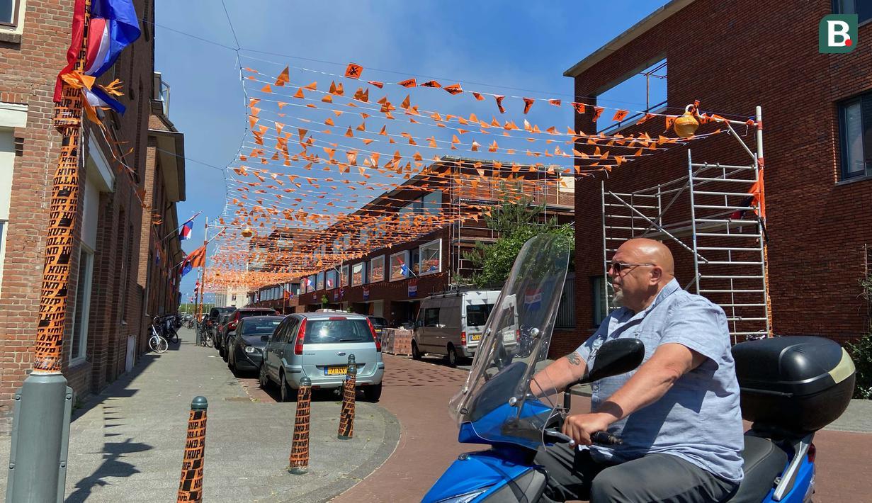 Salah satu bentuk antusiasme warga dapat ditemui di kawasan Duindorp, Den Haag. Wilayah pemukimanan itu berubah menjadi jingga oleh pernak-pernik Euro 2020. (Foto: Bola.com/Tito Sianipar)