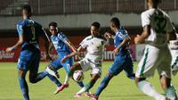 Striker Persebaya Surabaya, Marcelino Ferdinan (tengah) berusaha melewati bek Persib Bandung, Ardi Idrus (kedua dari kanan) dalam laga perempatfinal Piala Menpora 2021 di Stadion Maguwoharjo, Sleman, Minggu (11/4/2021). (Bola.com/M Iqbal Ichsan)