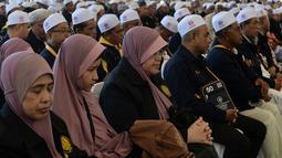 Jemaah calon haji menunggu penerbangan khusus saat akan bertolak ke Tanah Suci Mekah di Bandara Provinsi Narathiwat, Thailand, Kamis (4/7/2019). Jutaan umat muslim dari penjuru dunia akan bertolak menuju Mekah untuk melangsungkan ibadah haji. (Madaree TOHLALA/AFP)