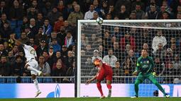 Penyerang Real Madrid Rodrygo (kiri) mencetak gol ke gawang Galatasaray pada pertandingan Grup A Liga Champions di Stadion Santiago Bernabeu, Madrid, Spanyol, Rabu (6/11/2019). Rodrygo mencetak hattrick saat Real Madrid membantai Galatasaray 6-0. (GABRIEL BOUYS/AFP)