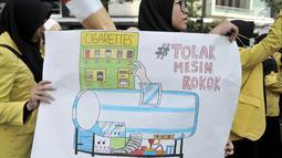 Spanduk imbauan mahasiswa Universitas Indonesia (UI) saat menggelar kampanye Bahaya Merokok di car free day (CFD), Jakarta, Minggu (6/5). Dalam aksinya, mahasiswa menolak RUU Pertembakauan. (Merdeka.com/Iqbal Nugroho)