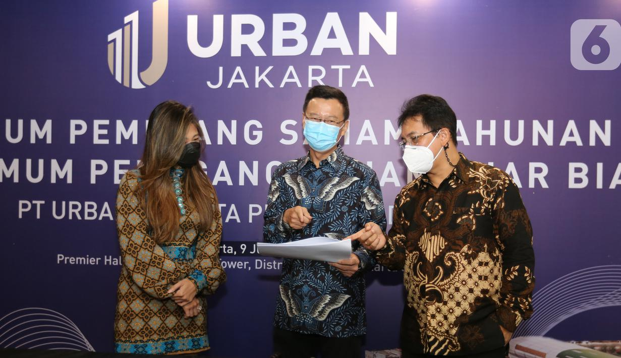 Komisaris PT Nusa Wijaya Propertindo sebagai pemegang saham mayoritas URBAN Jacqueline Bastiaan Wijaya, Direktur URBN hasil RUPS Tahunan Rudy Gomedi dan Direktur Utama URBN Bambang Sumargono berbincang di sela-sela RUPS dan RUPSLB di Jakarta, Rabu (10/06/2021) (Liputan6.com/Fery Pradolo)