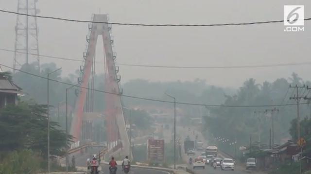 Kabut asap yang makin pekat di Kabupaten Pesisir Selatan, Sumatera Barat, memaksa pemkab setempat meliburkan aktivitas belajar mengajar di sekolah selama 2 hari, mulai Rabu (25/9/2019). (Liputan6.com)