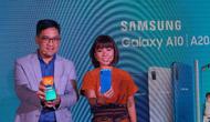 Head of Product Marketing IT and Mobile Samsung Electronics Indonesia Denny Galant dan Senior Product Marketing manager Samsung Electronics Indonesia Selvia Gofar merilis Galaxy A30 dan Galaxy A50 (Liputan6.com/Agustin Setyo W).