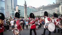 Aksi penjaga Istana Buckingham dari kesatuan The Welsh Guards 1st Battalion di ajang CFD Bundaran HI, Jakarta Pusat, Minggu (5/6/2016). (Liputan6.com/Faizal Fanani).