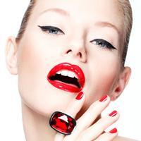 Lipstick sangat berpengaruh pada tampilan wajah, warna lipstick harus disesuaikan dengan warna baju yang dipakai  untuk tampil serasi.