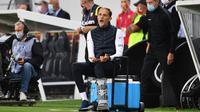 Pelatih Paris Saint-Germain (PSG) Thomas Tuchel bereaksi saat menyaksikan anak asuhnya melawan Lens pada pertandingan Ligue 1 di Stadion Felix Bollaert-Delelis, Lens, Prancis, Kamis (10/9/2020). PSG kalah 0-1. (Denis Charlet/AFP)