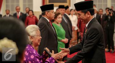 Presiden Joko Widodo memberikan gelar pahlawan nasional kepada lima tokoh di Istana Negara, Jakarta, Kamis (5/11). Penganugerahan ini merupakan agenda rutin jelang Hari Pahlawan tiap 10 November. (Liputan6.com/Faizal Fanani)