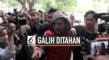 Tersangka kasus dugaan pencemaran nama baik, artis Galih Ginanjar menolak menandatangani surat perintah penahanan dari penyidik Ditreskrimsus Polda Metro Jaya.