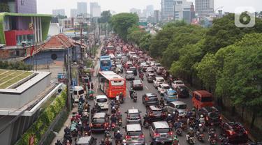 Kendaraan terjebak kemacetan di jalan tol dan Jalan TB Simatupang, Jakarta, Selasa (5/11/2019). Salah satu faktor yang melatar belakangi masalah kemacetan antara lain adalah pertumbuhan kendaraan yang tidak sebanding dengan pembangunan infrastruktur jalan. (Liputan6.com/Immanuel Antonius)