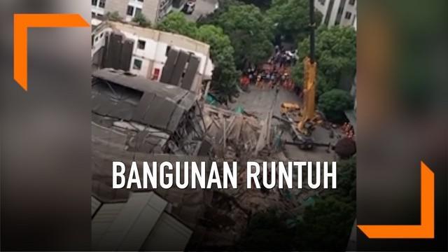 Atap sebuah bangunan komersial di Shanghai runtuh menimpa para pekerja konstruksi yang sedang bekerja. Akibatnya 7 orang tewas dalam peristiwa ini.