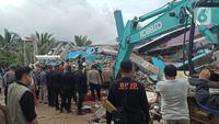 Proses evakuasi korban yang tertimbun dalam reruntuhan RS Mitra Manakarra Mamuju. Rumah Sakit swasta yang memiliki lima lantai itu rata dengan tanah setalah Gempa Bumi Magbitudo 6,2 mengguncang.  (Liputan6.com/Abdul Rajab Umar)