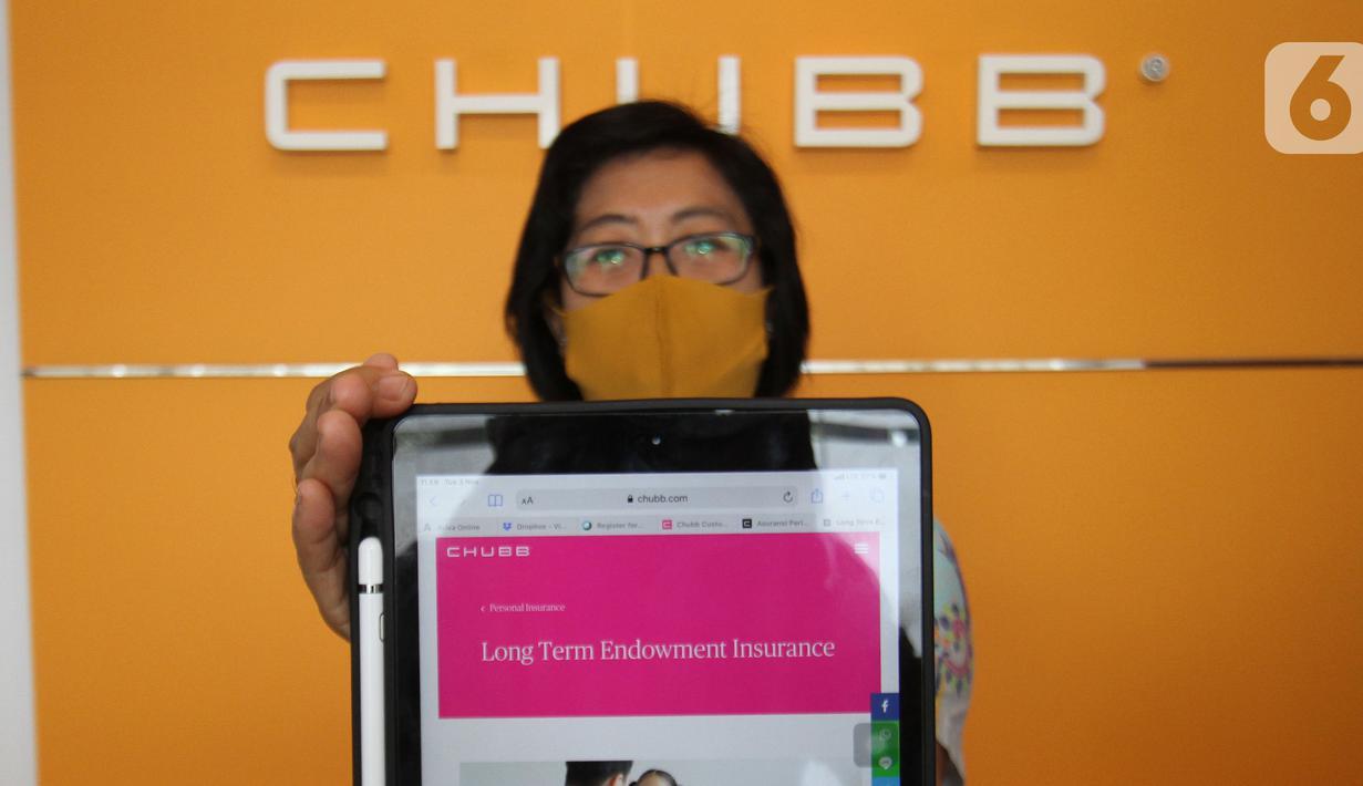 Model menunjukkan situs Chubb Life Indonesia di Chubb Life Tangerang, Rabu (04/11/2020). Chubb Life Indonesia menghadirkan tampilan berbeda dengan desain  kantor terbaru yang lebih modern dan menarik bagi milenial dengan menerapkan   physical distancing. (Liputan6.com/Fery Pradolo)