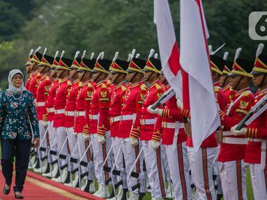 Presiden Joko Widodo (kiri) bersama Presiden Singapura, Halimah Yacob memeriksa pasukan ketika menerima kunjungan kenegaraan di Istana Bogor, Selasa (4/3/2020). Jokowi dan Iriana Widodo menyambut Halimah dan suaminya, Mohamed Abdullah Alhabshee, di pintu utama Istana. (Liputan6.com/Faizal Fanani)
