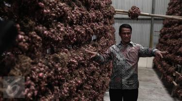 20160516-Cek Pasokan Bawang Merah, Menteri Pertanian Tinjau di Gudang Bulog-Jakarta