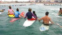 Para peselancar memperingati 10 Tahun Tsunami Aceh di Pantai Bondi, Sydney, Australia. (smh.com.au)