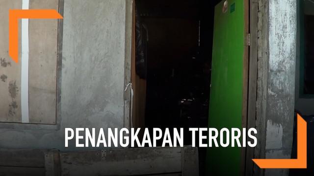 Densus 88 melakukan penangkapan seorang pria yang diduga sebagai teroris. Pria tersebut diduga sebagai pelaku pengeboman pos polisi Kartasura/