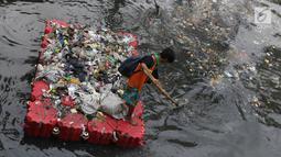 Petugas UPK Badan Air Dinas Lingkungan Hidup DKI Jakarta beraktivitas membersihkan sampah di Kali Cideng, Jakarta, Jumat (9/11). Pembersihan untuk mencegah terjadinya penumpukan sampah saat musim hujan di Jakarta. (Liputan6.com/Helmi Fithriansyah)