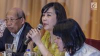 Veronica Tan, membacakan surat yang ditulis tangan Basuki Tjahaja Purnama (Ahok), pada konferensi pers di Jakarta, Selasa (23/5). Surat itu menjelaskan alasan Ahok mencabut permohonan banding atas vonis dua tahun penjara. (Liputan6.com/Faizal Fanani)