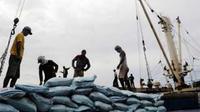 Bongkar muat gula pasir asal Thailand di Pelabuhan Tanjung Priok, Jakarta, Selasa (26/1). Bulog mengimpor gula sebanyak 48.450 ton dan diperkirakan akan tiba paling lambat Februari 2010.(Antara)