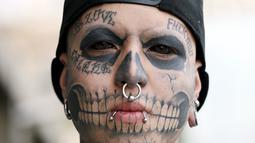Eduardo Henriquez memperlihatkan koleksi tatonya  saat  ikuti acara Tattoo and Suspension Convention di Valparaiso, Chili, (8/11/2015). Acara ini merupakan kegiatan untuk para penyuka tato dan modifikasi tubuh di Chili.  (REUTERS/Rodrigo Garrido)