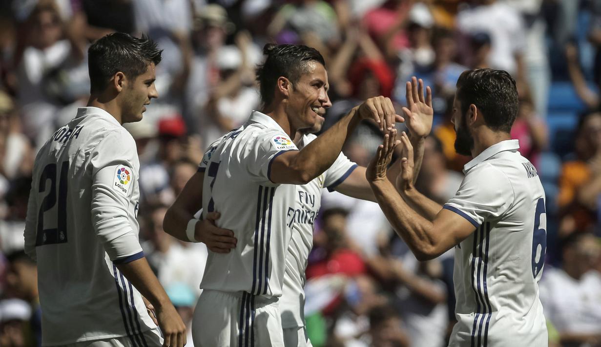 Cristiano Ronaldo (tengah) merayakan gol bersama rekan-rekannya saat melwan Osasuna pada La Liga Spanyol di Stadion Santiago Bernabeu, Madrid, Spanyol,  (10/09/2016) malam  WIB. (EPA/Emilio Naranjo)