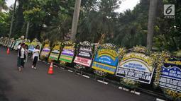 Karangan bunga ucapan bela sungkawa wafatnya Ani Yudhoyono menghiasi kawasan Puri Cikeas, Bogor, Jawa Barat, Minggu (2/6/2019). Ani Yudhoyono akan dimakamkan di samping pusara istri presiden ke-3 RI BJ Habibie, Ainun. (Liputan6.com/Immanuel Antonius)