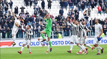 Pemain Juventus merayakan kemenangannya usai mengalahkan Sassuolo dalam pertandingan Liga Italia Serie A di Stadion Allianz di Turin, Italia (4/2). Juventus menang telak 7-0 atas Sassuolo pada pertandingan ke-23 Serie A.(Alessandro Di Marco / ANSA via AP)