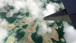 Laguna terlihat dari pesawat di pulau Kiritimati, Kepulauan Pasifik (5/4). Sekitar 50 tahanan berada di penjara Kiritimati yang menjadi salah satu tempat tahanan terpencil di dunia. (REUTERS / Lincoln Feast)