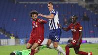 Aksi bintang Liverpool, Mohamed Salah (kiri) dan Sadio Mane (kanan) pada pertandingan melawan Brighton, Kamis (9/7/2020) dini hari WIB. (Catherine Ivill/AFP)
